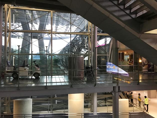 スワンナプーム空港4階から2階へ下りるエスカレーターから